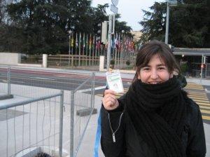 En la puerta de la ONU con mi flamante acreditación.