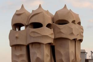 Dicen que George Lucas se inspiró en las chimeneas de Gaudí para diseñar los cascos de los soldados imperiales y Darth Vader.